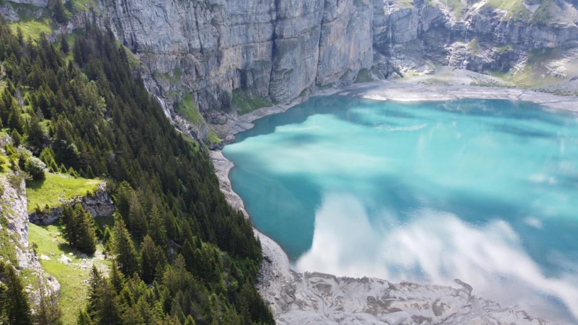 De bas en haut, lac et cascade